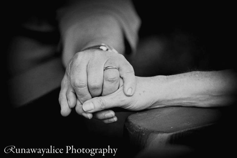 coupleholdinghandsbw